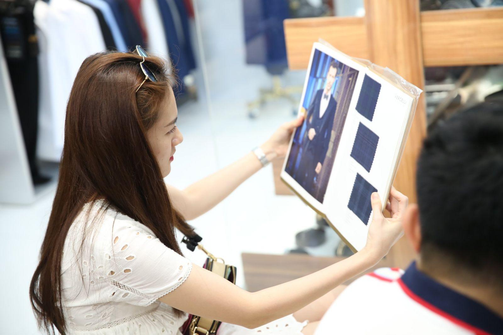 Có nhiều lựa chọn hơn về chất liệu vải may suit nam đẹp luôn là ưu thế lớn cho khách hàng khi mua sắm.