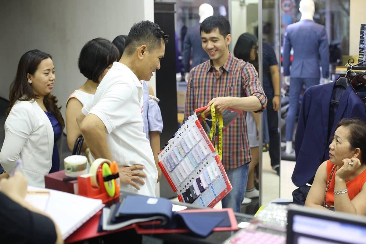 Tại Mon Amie, khách hàng luôn được tận tay kiểm chứng những loại chất liệu vải may áo sơ mi nam phù hợp với mình nhất.