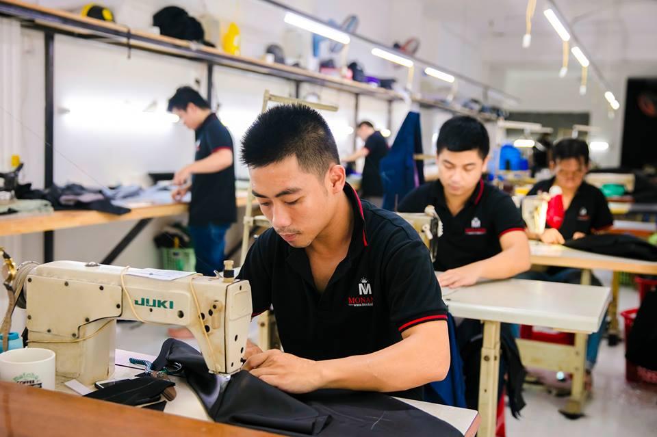 Để có được những thành phẩm tốt nhất đến tay khách hàng, các thợ may kinh nghiệm luôn yêu cầu sự tập trung cao độ, để cho ra những chiếc áo sơ mi đẹp nhất.