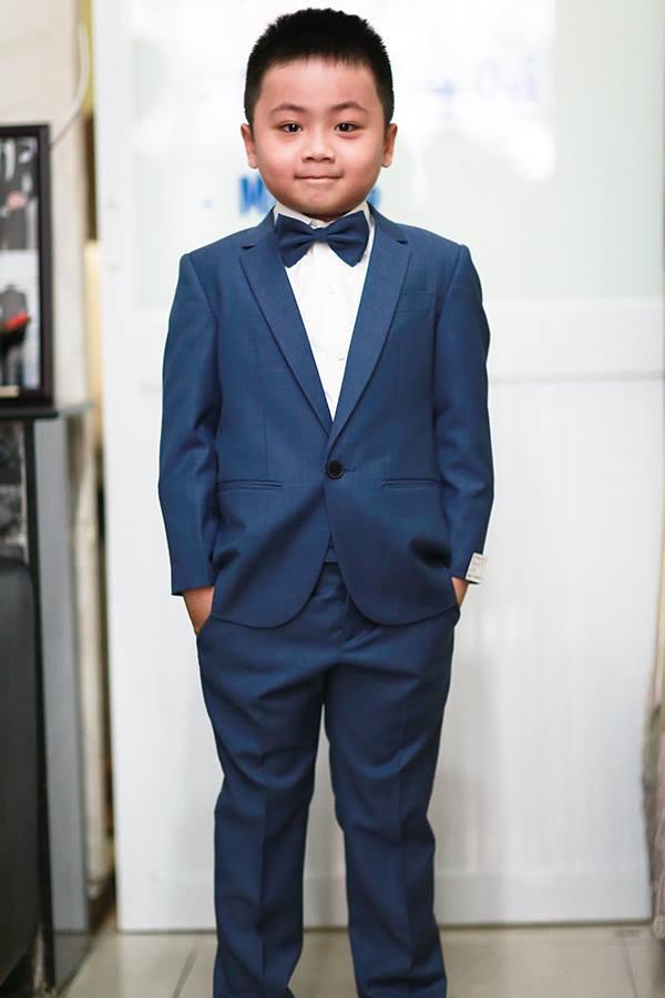 Đen và xanh navy luôn là hai tone màu cơ bản dễ mặc và phù hợp để may áo vest cho bé trai.