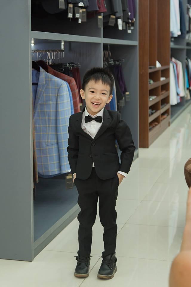 """Các ông bố, bà mẹ thường tự hỏi: """"Mua áo vest nam cho bé trai ở đâu đẹp""""? Hãy cùng ghé qua Mon Amie giải đáp nhé."""