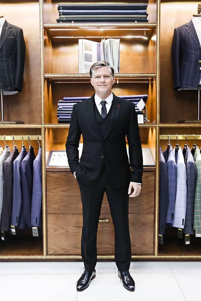 Hình ảnh khách hàng trong bộ suit nam tuxedo sang trọng.