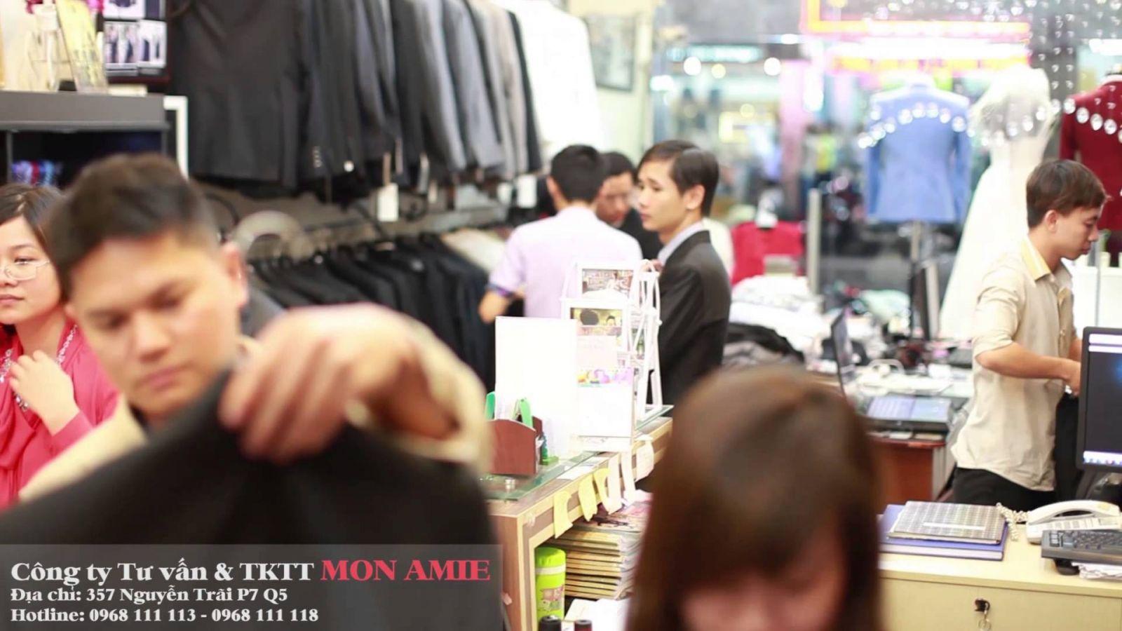 Luôn tấp nập khách hàng đến mua sắm sơ mi, áo vest ngay từ những ngày đầu tiên.