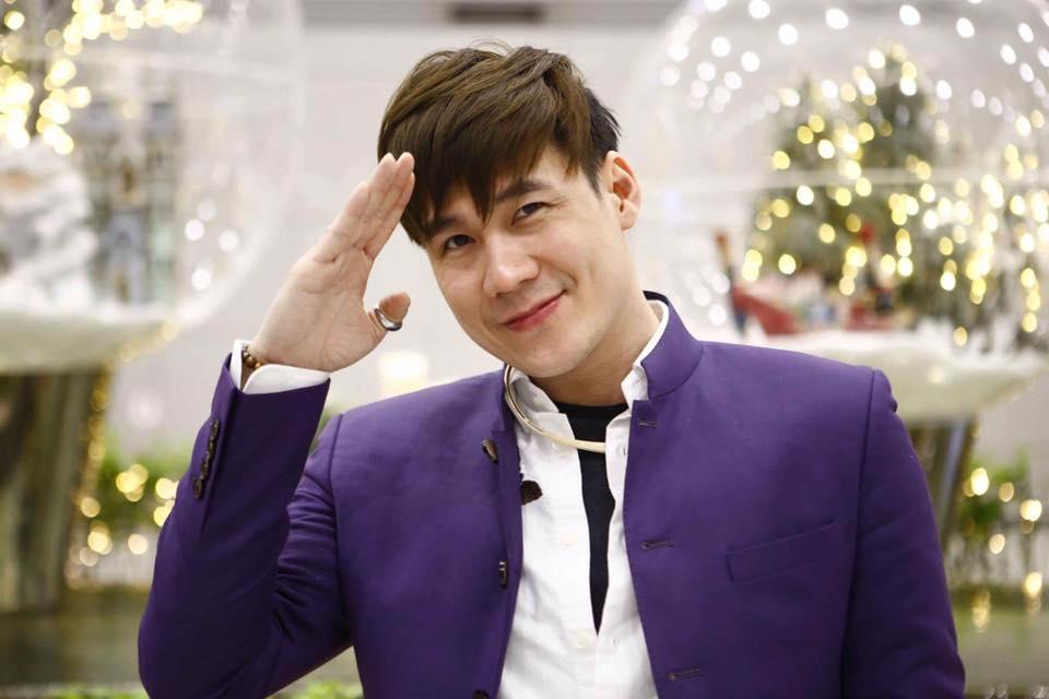 Khánh Phương trẻ trung lịch lãm với những bộ suit Mon Amie.