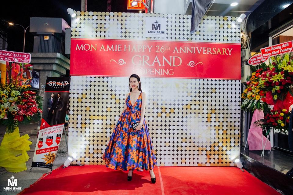 Phan Thị Mơ diện trang phục gợi cảm tham dự khai trương chi nhánh mới của Mon Amie