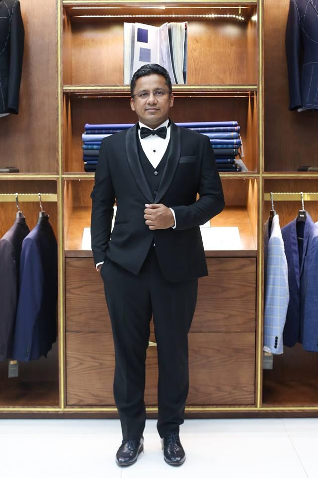 Hình Ảnh Khách Nước Ngoài Đặt May Áo Vest Nam Size Lớn tại Mon Amie KNN047.